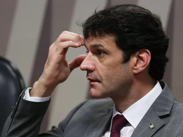 Ministro do Turismo é denunciado por candidaturas-laranja do PSL