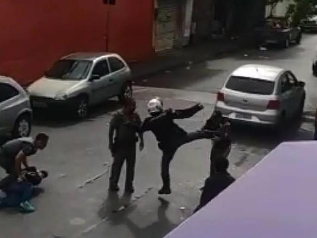 PM diz apurar o caso   Vídeo mostra PM dando voadora em moradores da Brasilândia, em SP