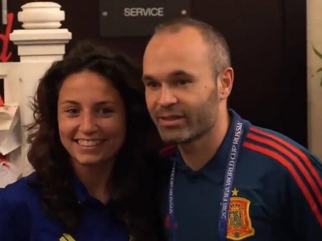 Vídeo: Iniesta é tietado em encontro de seleções espanholas