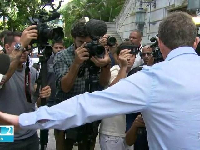 Crivella se irrita com perguntas de repórter da Globo durante entrevista coletiva e a afasta de outros jornalistas
