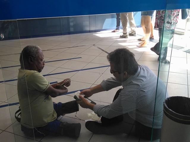 #hashtag: 'Ainda há gentileza', diz mulher que flagrou gerente de banco sentado no chão para atender deficiente