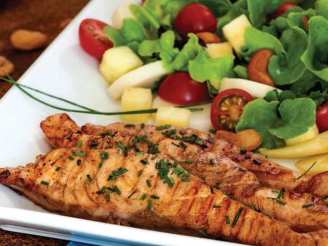 Dica saudável: veja receita de salada fresca de salmão e seus benefícios
