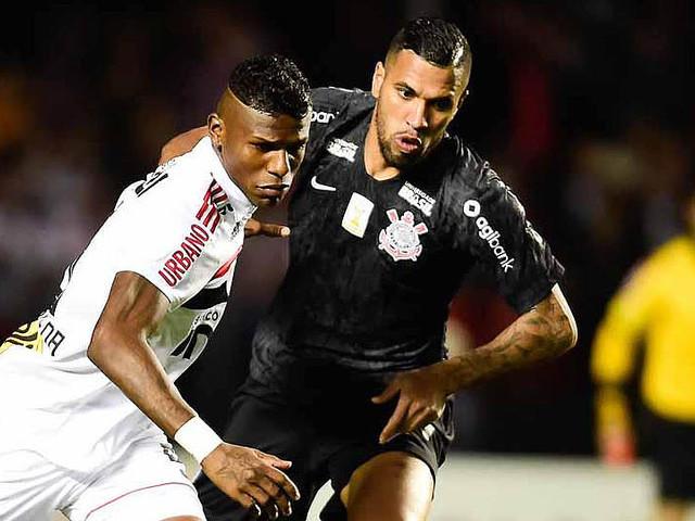 Corintiano Jonathas evita comentar lance do gol e valoriza entrega