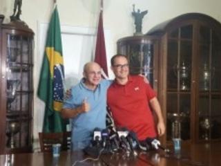 Presidentes do Flamengo e do Fluminense comemoram. Pressionaram a justiça e conseguiram a liberação das duas torcidas no Engenhão. Mas a vitória é da hipocrisia. A segurança pública do Rio está falida como a de São Paulo. Diante do vandalismo das organizadas, só torcida única…