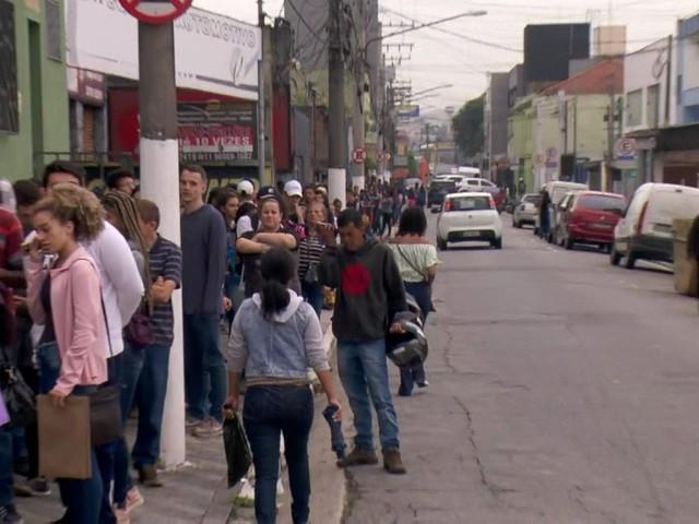 Centenas de jovens enfrentam fila para seleção de 400 vagas de emprego no ABC