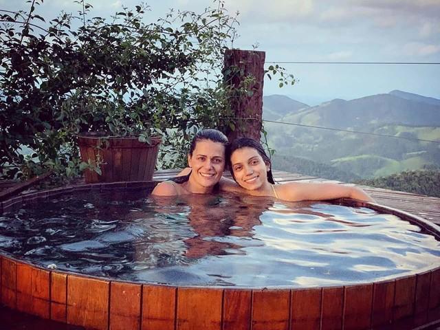 """Adriana Araujo curte férias acompanhada e faz declaração: """"Amor que não se mede"""""""