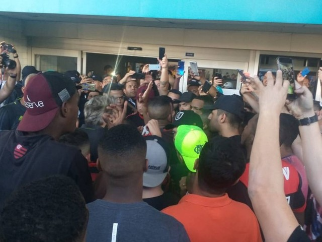 Torcedores do Flamengo protestam no embarque do time; Diego é alvo e Jesus tenta apaziguar
