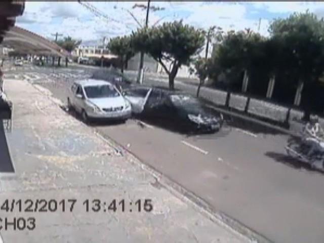 Motorista bêbado e em alta velocidade arranca porta de carro e deixa mulher ferida em Franca; vídeo