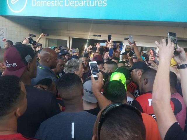 Diego é alvo e Jesus cercado em protesto de torcedores do Flamengo no aeroporto