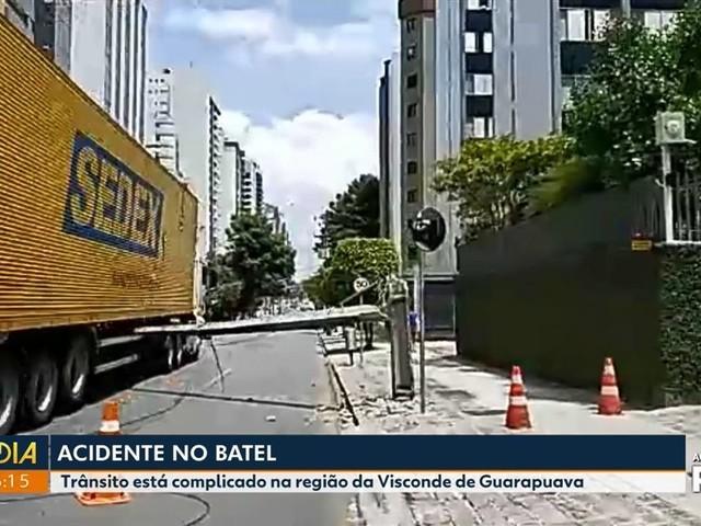 Caminhão arrebenta fiação e derruba poste em Curitiba