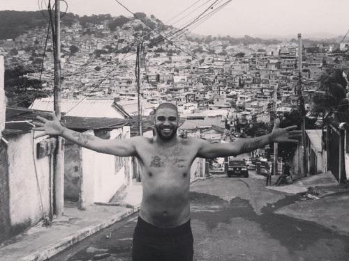 A depressão e o alcoolismo fizeram a opção por Adriano. Trocou a fortuna e três Copas do Mundo para viver na favela da Vila Cruzeiro. Se diz feliz, enquanto seus parceiros sonham com um retorno ao futebol. Sonho que Adriano sabe o quanto é irreal…