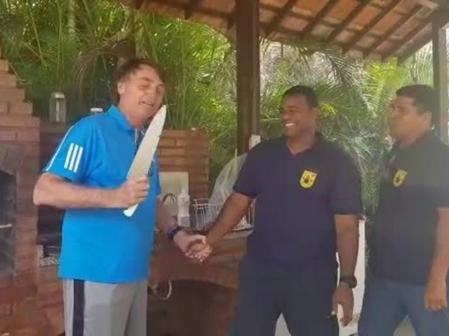 Em vídeo divulgado pela assessoria, Bolsonaro faz piada sobre episódio da facada