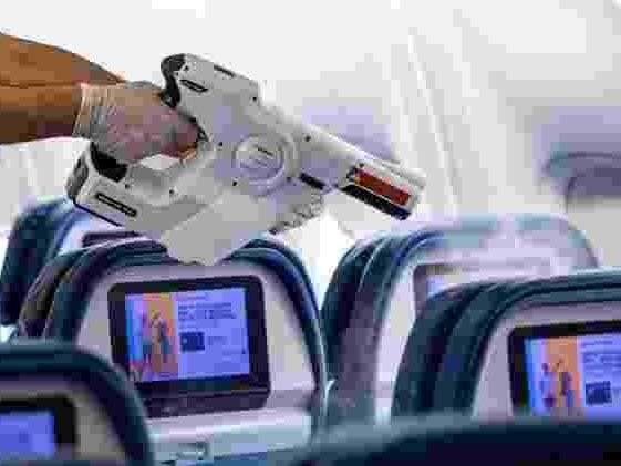 Novos procedimentos | Sabão de coco, pistola de névoa: a limpeza de aviões contra o coronavírus