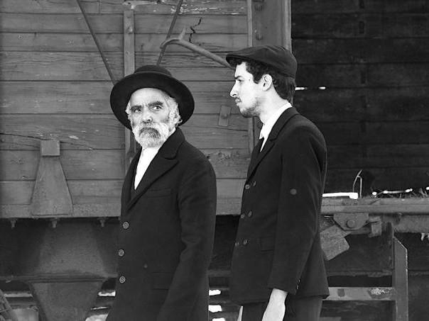 """""""1945"""": Dois estranhos descem de um trem, e então…"""
