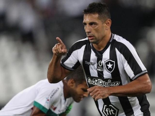 Botafogo joga mal, mas goleia a Portuguesa com 'placar mentiroso' e segue vivo no Carioca