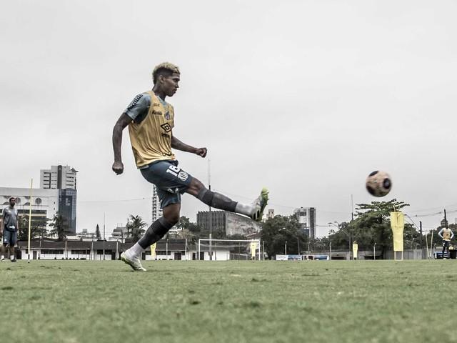Raniel destaca intensidade dos treinamentos do Santos após retomada