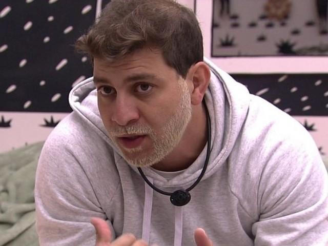 """BBB21: Caio escuta planos de Projota e afirma: """"Não quero participar disso"""""""