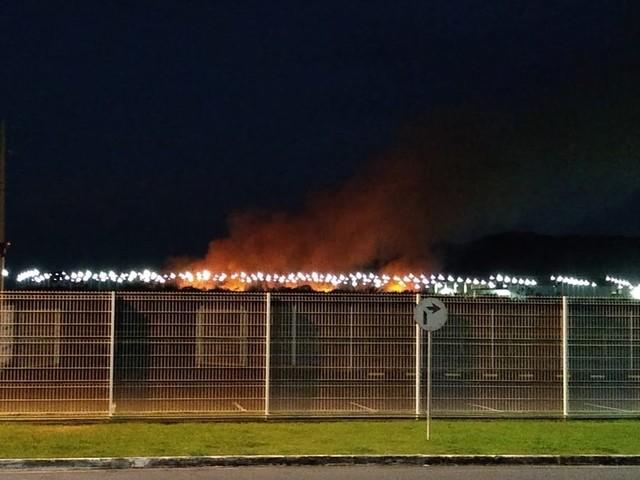 Fogo em vegetação assusta moradores de Resende nesta sexta