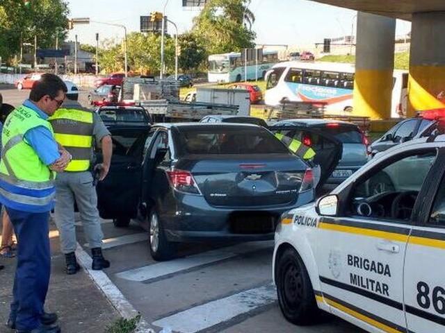 Carro com mais de R$ 30 mil em multas registradas é apreendido em Porto Alegre
