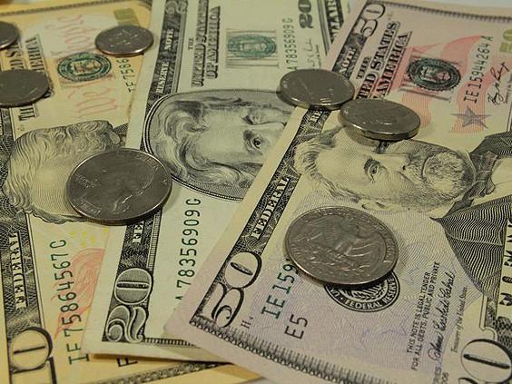 Com volume baixo, dólar cai a R$ 3,12; ações do Carrefour recuam em estreia