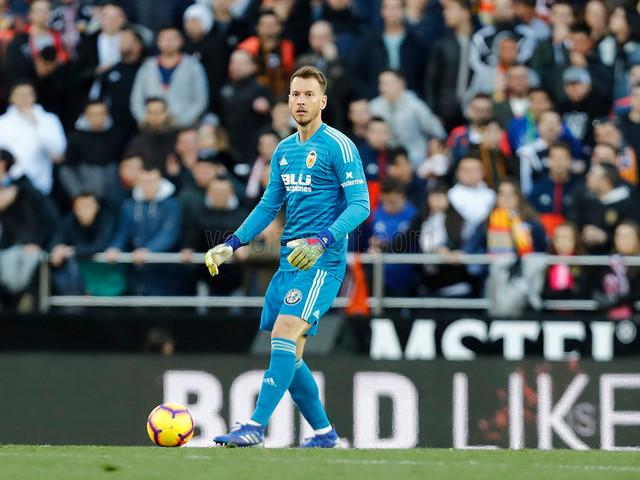 Neto ignora dedo fraturado e pede para jogar no Valencia, diz jornal