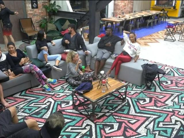 Power Couple Brasil: Participantes retornam da gravação de prova e conversam na sala de estar