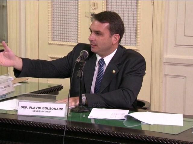 PMs alvos de operação já receberam homenagens de Flávio Bolsonaro