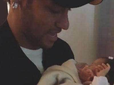 Que fofura! Neymar visita Duda, a filha de Marquinhos e Carol