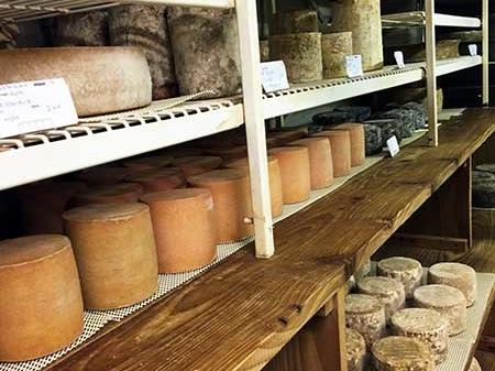 Visita da cave de maturação da queijaria Alléosse