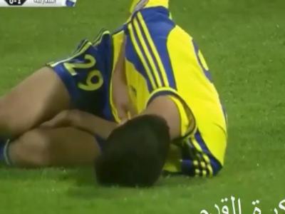 Árabe faz gol contra, é atingido pelo goleiro e sai lesionado; veja