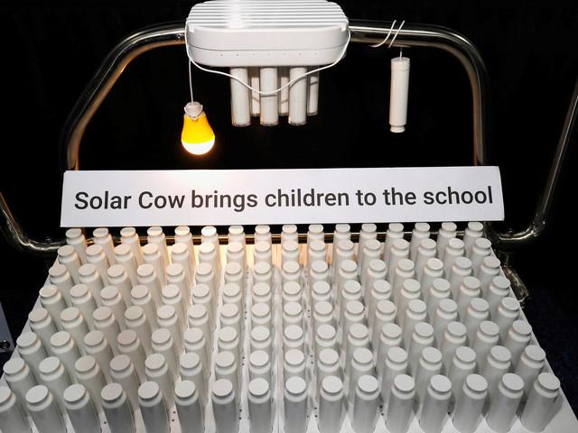Empresa premiada cria 'vaca' que carrega baterias com luz solar em escolas