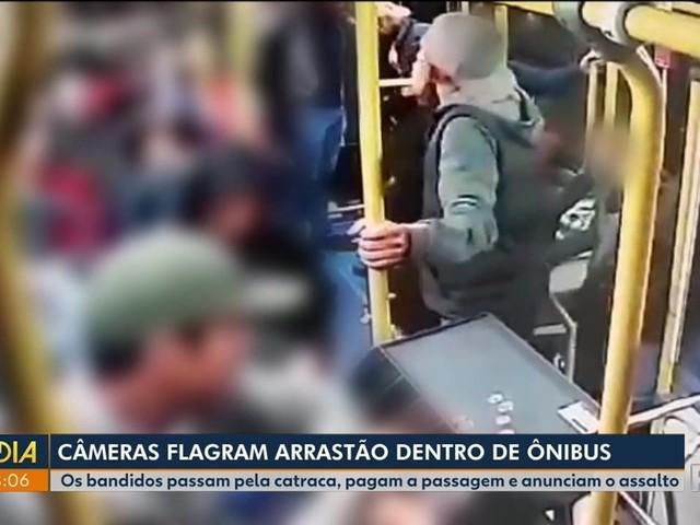 Após pagarem passagem, suspeitos assaltam ônibus de Curitiba; VÍDEO