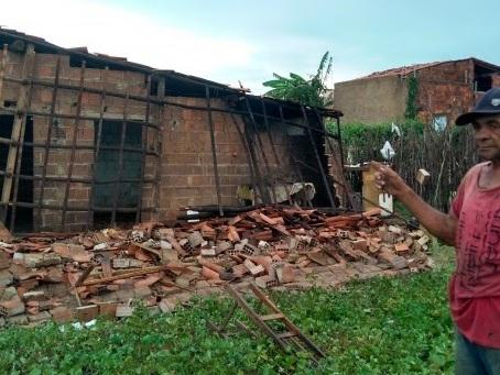 Chuva com rajada intensa de ventos provoca destruição em Santana do Acaraú