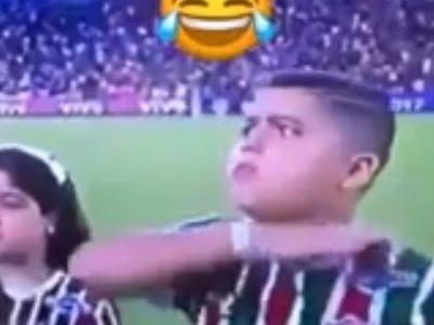 """Menino imita Henrique Dourado, e jogador faz homenagem: """"Mitou no Maraca"""""""