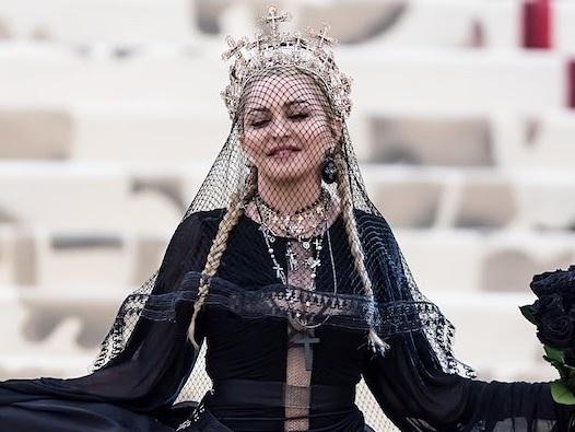 Nem só de cosméticos vive um ícone pop! Madonna garante que está trabalhando em novo álbum