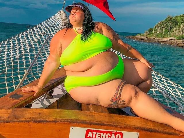 Grávida, Thais Carla celebra aniversário com festa surpresa na praia