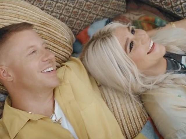 """Mais do que amigos, friends! Macklemore e Kesha celebram a amizade no clipe de """"Good Old Days"""""""