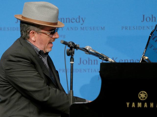 Cantor Elvis Costello cancela turnê após revelar cirurgia para tratar câncer