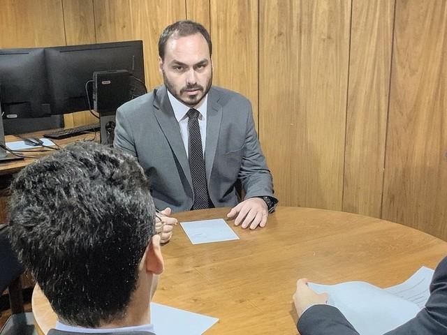 Carlos Bolsonaro 'despacha' pedidos do pai no Planalto