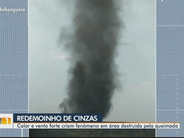 Redemoinho de 'cinzas' se forma em região queimada, em Cachoeira Dourada; vídeo