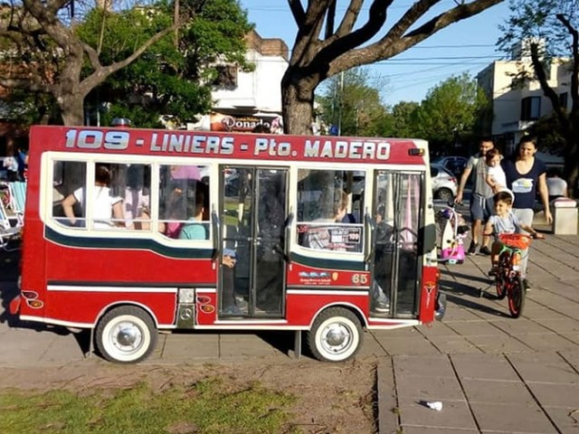 Para alegrar a neta, avô argentino cria miniatura de ônibus com motor de verdade