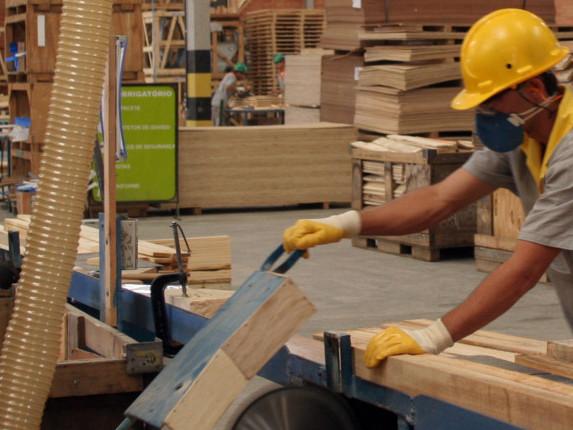 Taxa de desemprego no Brasil cai para 12,6%, diz o IBGE