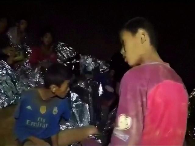 Meninos presos em caverna na Tailândia dizem em carta a familiares que estão bem