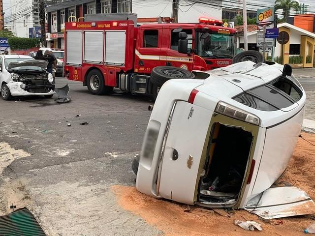 Carro capota após colisão com outro veículo e uma pessoa fica ferida, em João Pessoa
