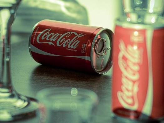 Por que a latinha da Coca-Cola Zero flutua e a normal afunda na água?