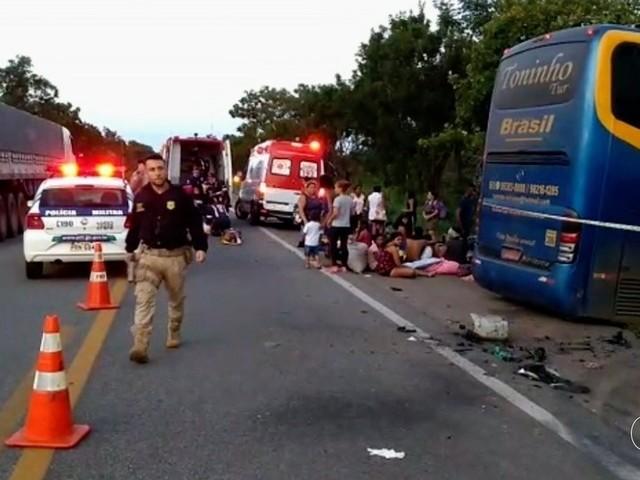 Passageiro que sobreviveu ao acidente entre ônibus e caminhão com três mortos diz que segurou a filha no colo: 'Fui jogado no mato'