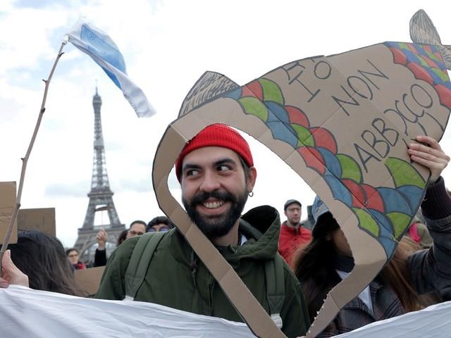 '6000 sardinhas': movimento 'antifascista' criado por 4 jovens desconhecidos na Itália ganha o mundo