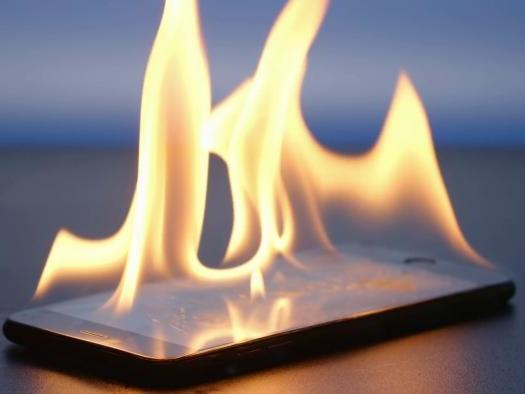 Bateria explodindo? Celular e cabo pegando fogo? Saiba como se proteger