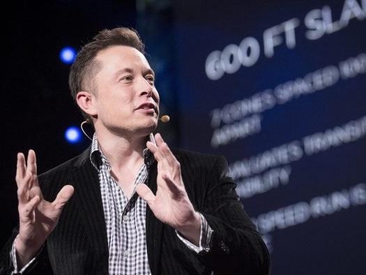 Elon Musk dispensa diploma de faculdade, mas Tesla faz exigência