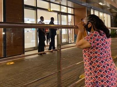 Humorista morreu de covid   Fãs choram em frente a hospital após morte de Paulo Gustavo